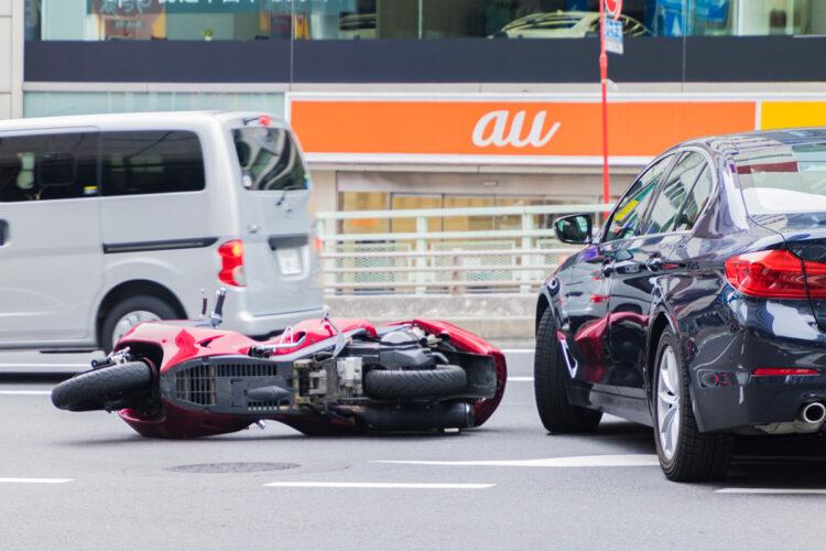 接触なし!後方で二輪車が転倒したら車の運転者の責任が問われるのか?