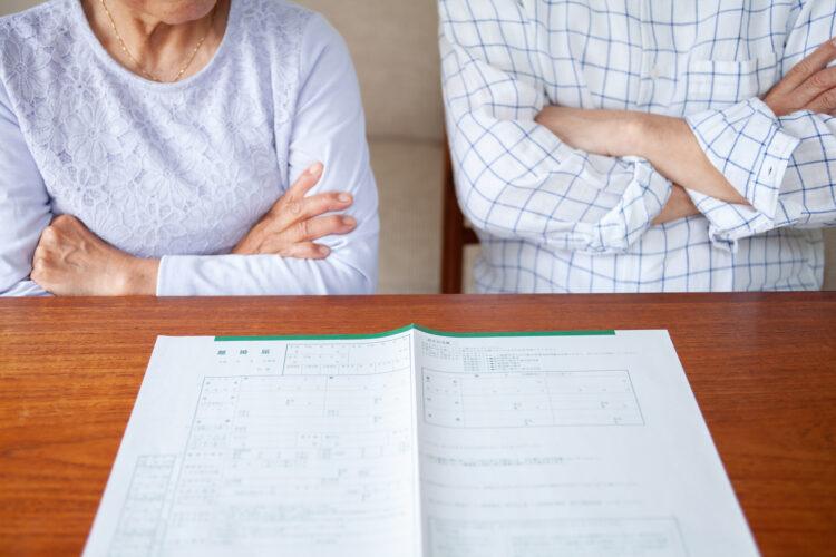 熟年離婚をする夫婦の特徴や原因とは?離婚までの流れについても解説