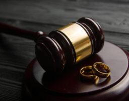 裁判離婚とは?特徴や注意点、費用についても解説