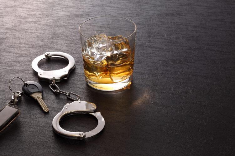飲酒運転の罰金とは?飲酒運転における罰則や自動車保険の補償についても解説