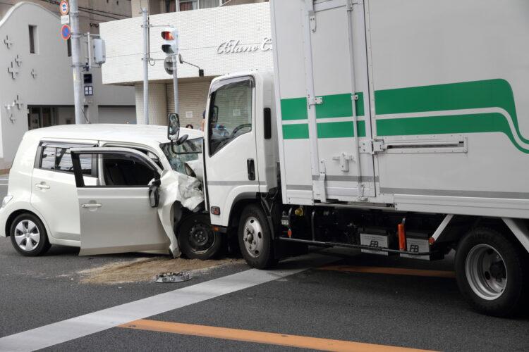 信号無視による事故は直進事故と右直事故で過失割合が異なる?罰則についても詳しく解説