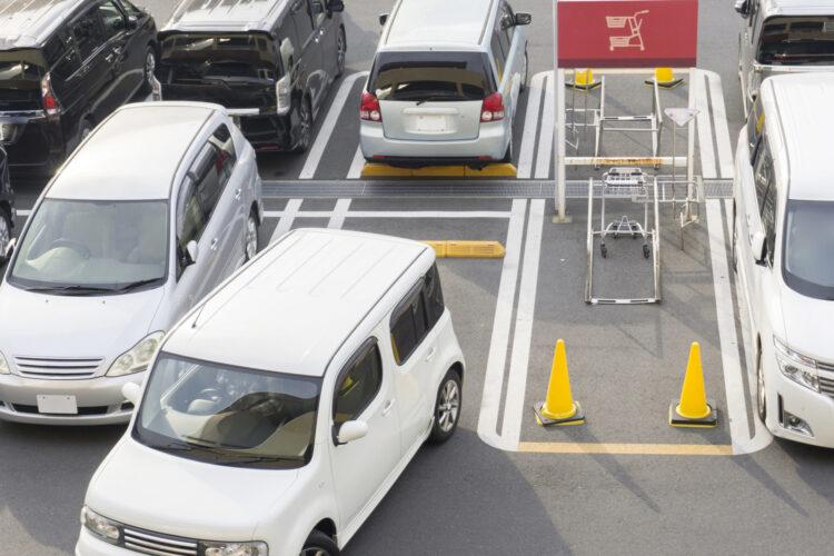 駐車場での事故は警察に届け出るべき?事故の対処法や過失割合についても解説