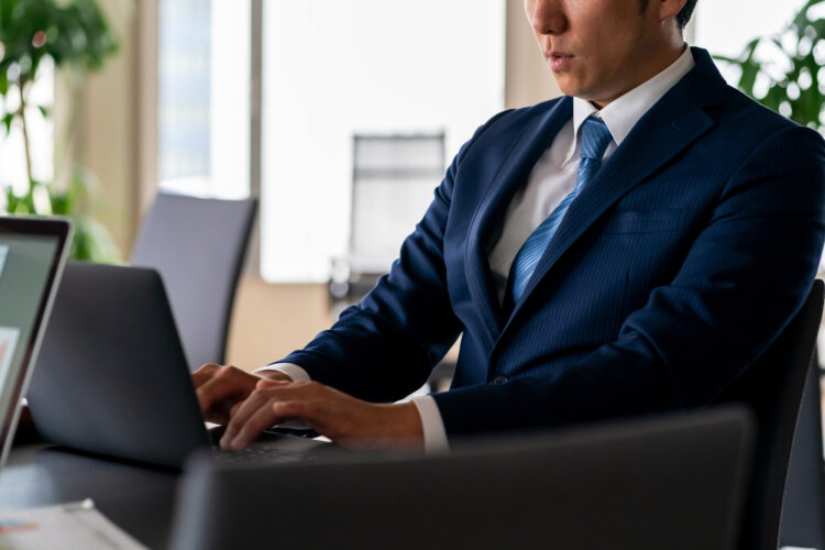 もしかして働きすぎ?過重労働の基準や働きすぎの原因、解消法も解説