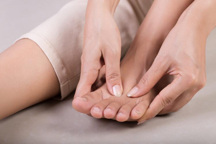 交通事故での手足のしびれは後遺障害に認定される?慰謝料請求も解説