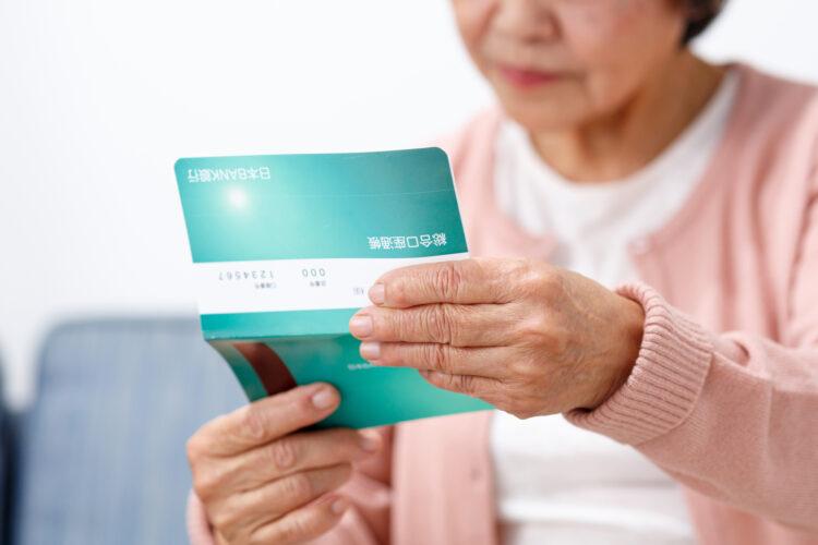 息子が借金を抱えていることが発覚!親が代わりに立て替えすべき?