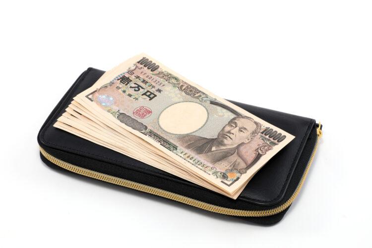 手渡しの給料も差し押さえの対象?借金・税金の滞納における注意点